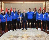 İzmit Belediyespor Kadın Basketboltakımı sporcuları Vali Aksoy'u ziyaret etti.