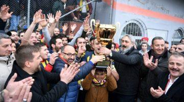Arslanbey Belediyespor'un kupasını Üzülmez verdi.