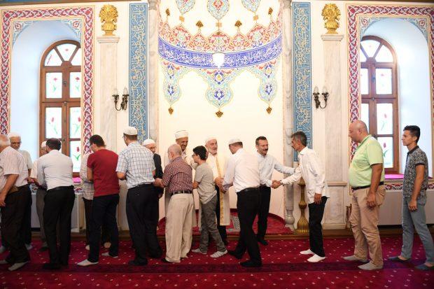 Vali Aksoy, Fevziye Camiinde vatandaşlarla bayramlaştı.