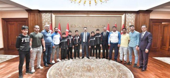 Dilovası Güreşçileri Vali Aksoy'u ziyaret etti