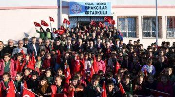 Vali Aksoy,İshakçılar'da karne dağıtım törenine katıldı.