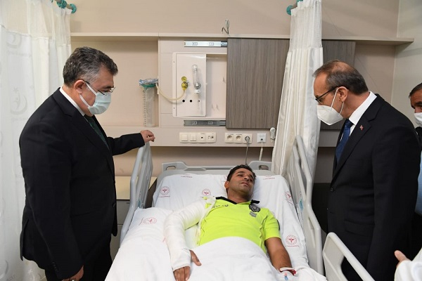 Trafik polisini hastanede ziyaret etti