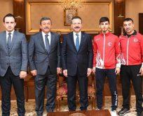 Şampiyon Karateci Eray Şamdan, Vali Aksoy'u ziyaret etti.