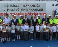"""Vali Aksoy """"Mobil Trafik Eğitim Tırı'nı"""" ziyaret etti"""