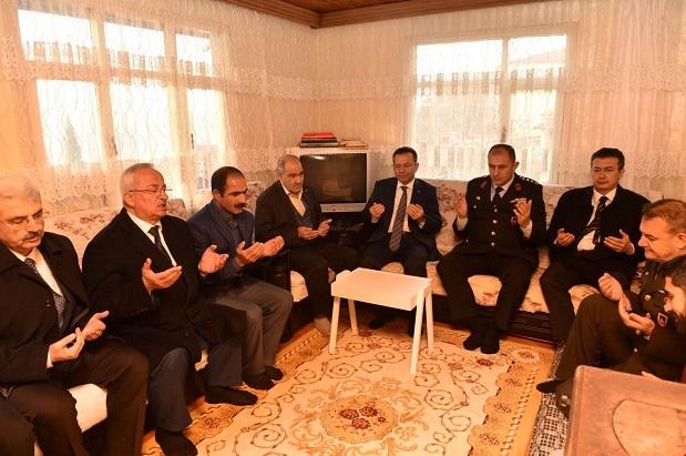 Şehit Ömer Özavcı'nın ailesine Şehitlik Beratı takdim edildi.