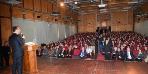 Vali Aksoy,kariyer günleri programında öğrencilerle bir araya geldi.