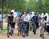 Gençlerle beraber bisikletle sahil turu