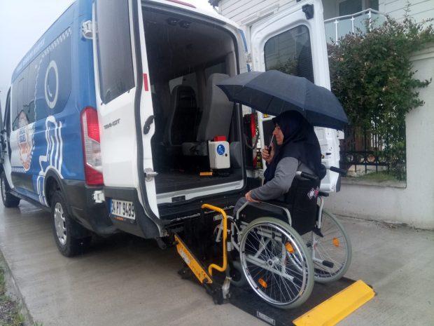 Hasta ve engelli vatandaşlar, sandıklara taşındı