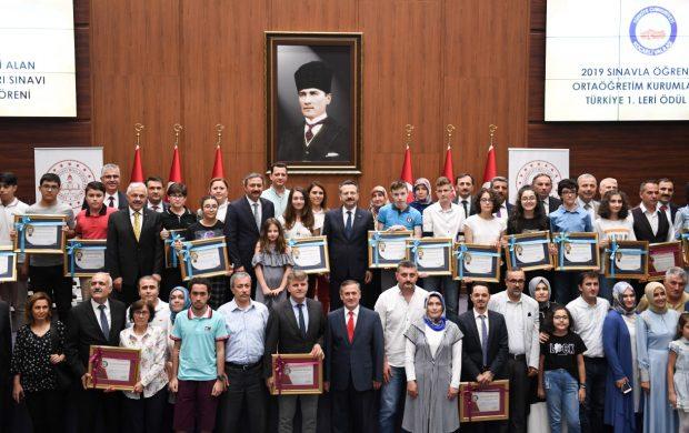 Türkiye 1. si olan  Öğrencilere Ödül