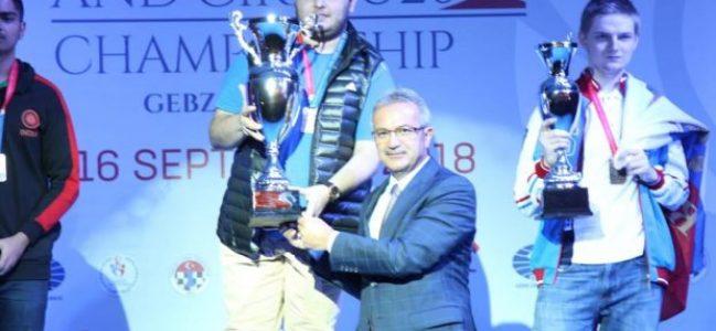 Şampiyon ödülünü Köşker'den aldı