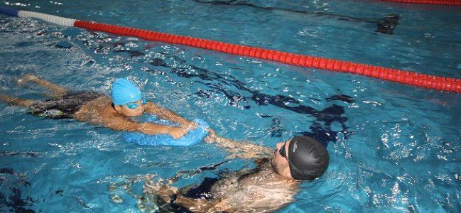 Eğlenerek yüzme öğreniyorlar