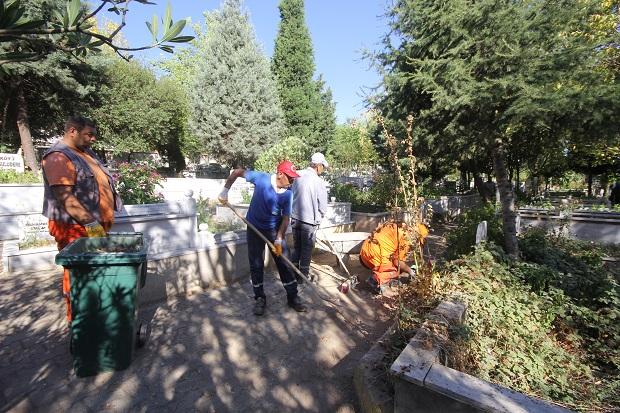 Mezarlık ve ibadethanelerde bayram hazırlığı