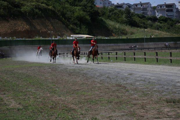 Rahvan At Yarışları Gölcük koşusuna yoğun katılım