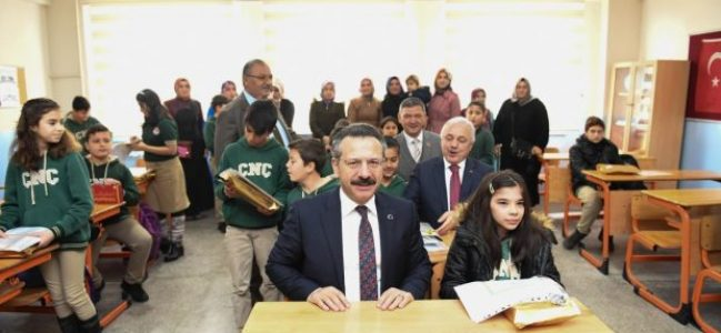 Vali Aksoy Dilovası'nda Karne Dağıttı