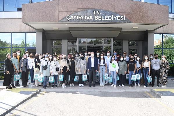 Üniversiteyi kazanan öğrencilerle bir araya geldi