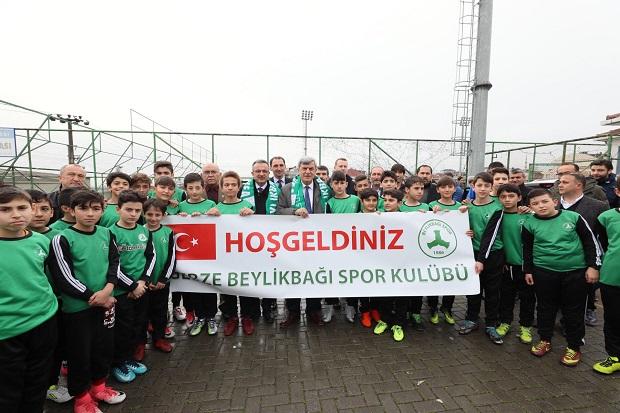 Karaosmanoğlu, Gebze Beylikbağıspor Kulübü'nü ziyaret etti.