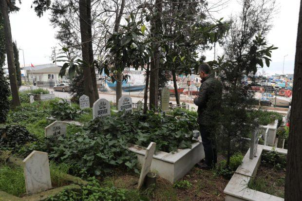 İlk ziyaret babasının mezarına