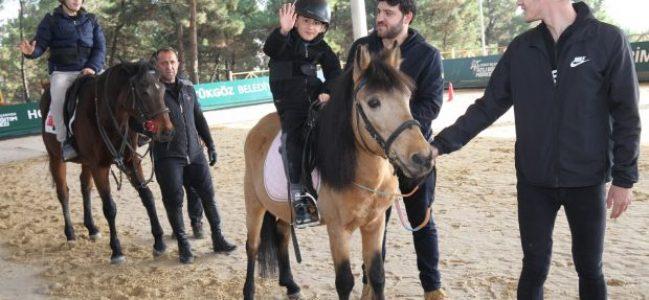 Özel çocukların at binme keyfi