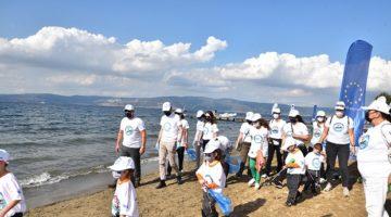 Çevre ve deniz kirliliğine dikkat çekmek için