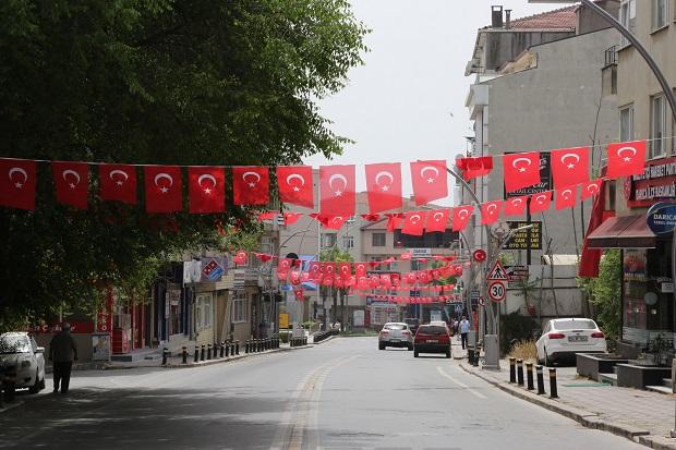 Darıca bayraklarla süslendi
