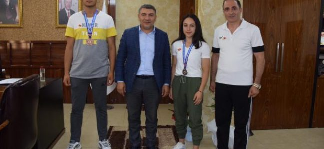 Şayir'den madalya ile dönen sporculara hediyeler