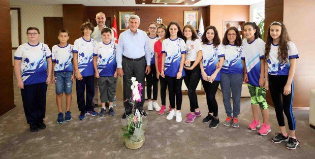 Karaosmanoğlu genç sporcularla yakından ilgilendi