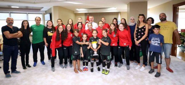 Şampiyonluk kupasını Başkan'a getirdiler