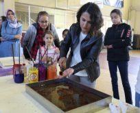 Öğretmenler renklerin suyla dansı olan ebru yapımını öğrendi