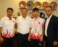 Karabacak, Dünya Şampiyonu Eray Şamdan'ı Ağırladı