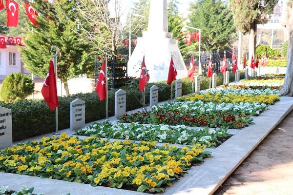 Şehit mezarlarımız rengarenk çiçeklerle donatıldı