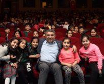 Çocuklarla birlikte tiyatro izledi