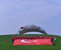 Türk bayraklı dev uçurtma gökyüzünde dalgalandı