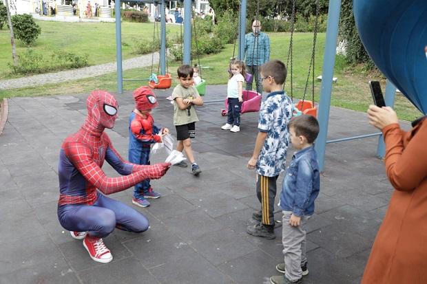 'Örümcek Adam' İzmit'te maske dağıttı