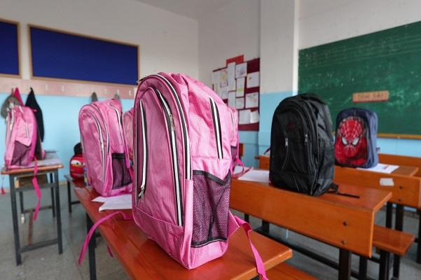 Birinci sınıflara okul çantası hediye