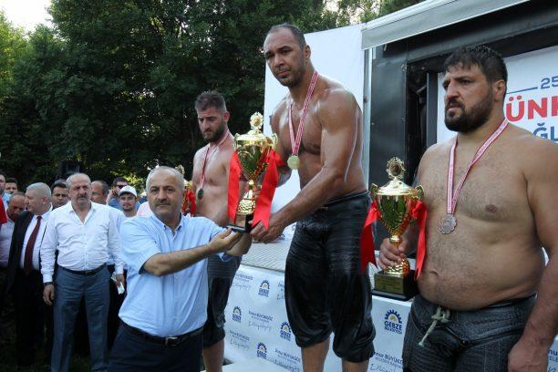 Hünkar Çayırı Yağlı Güreşlerinin şampiyonu Ali Gürbüz