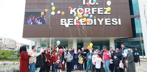 Baran, çocuklarla birlikte renkli balonları gökyüzüne bıraktı.