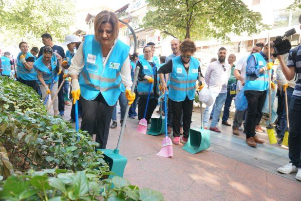 Vatandaşlarla birlikte çöp topladı