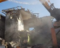 Hasarlı binalar yıkılmaya başlandı